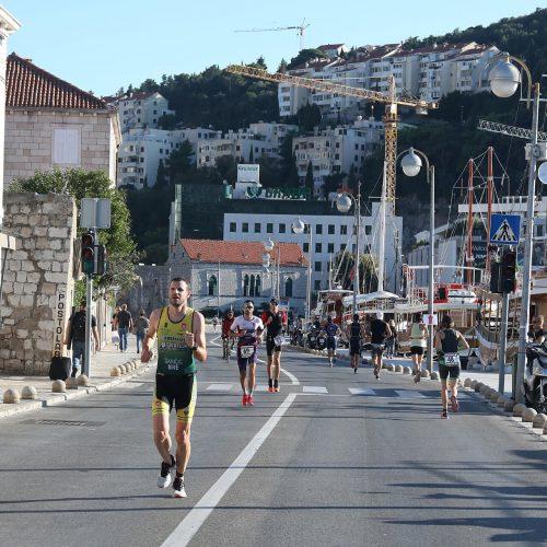 du_thriatlon competitors running